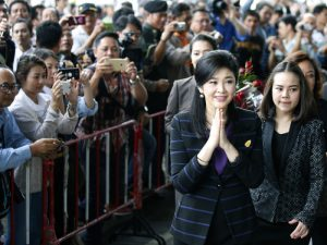 Yingluck auf dem Weg zum Gericht