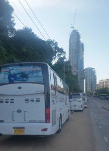 Polizei droht falsch parkenden Busfahrern mit Verhaftung