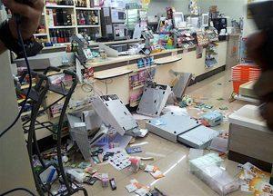 Bangkok: Pole  raubt 7/11 aus und zertrümmert Einrichtung