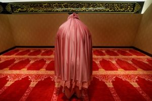 A Muslim woman prays at the Al Meroz hotel in Bangkok, Thailand, August 29, 2016. REUTERS/Chaiwat Subprasom