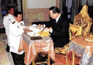 Thailänder warten auf neue Verfassung