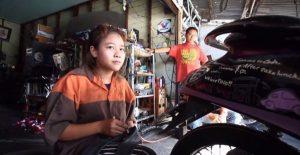 15jährige arbeitet als Mechanikern in Werkstatt ihres Onkels