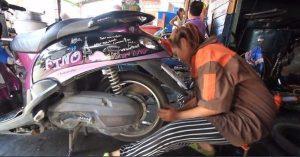 15jährige arbeitet als Mechanikern in Werkstatt ihres Onkels  15jährige arbeitet als Mechanikern in Werkstatt ihres Onkels  15jährige arbeitet als Mechanikern in Werkstatt ihres Onkels