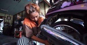 15jährige arbeitet als Mechanikern in Werkstatt ihres Onkels  15jährige arbeitet als Mechanikern in Werkstatt ihres Onkels