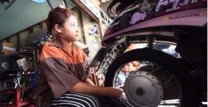 15jährige arbeitet als Mechanikern in Werkstatt ihres Onkels  15jährige arbeitet als Mechanikern in Werkstatt ihres Onkels  15jährige arbeitet als Mechanikern in Werkstatt ihres Onkels  15jährige arbeitet als Mechanikern in Werkstatt ihres Onkels