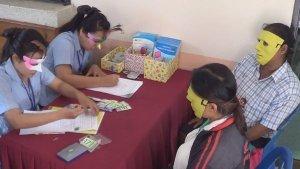 Khampaeng Phet: Frauen erhalten Masken vor Intim-Untersuchung  Khampaeng Phet: Frauen erhalten Masken vor Intim-Untersuchung