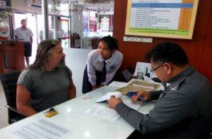 Schüler-HiPo´s helfen Beamten bei Kommunikation mit Ausländern
