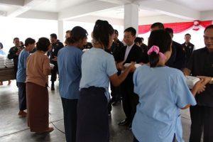 Banglamung: Bezirkschef lädt 611 Gefangene zum Mittagessen ein