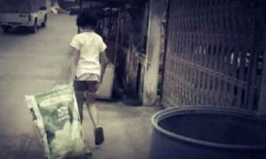 Bangkok: 12-jähriges Mädchen sorgt für gelähmten Vater