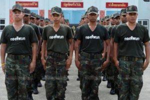 Armee-Offiziere setzen Soldaten als Diener ein