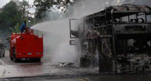Yala: Terroristen halten Bus an und fackelten ihn ab