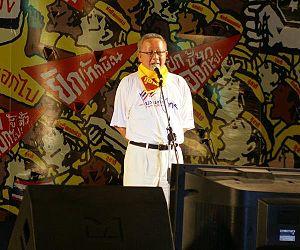 Sondhi Limthongkul speaking at a mass rally
