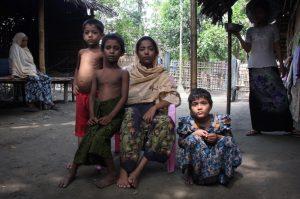 Ariva Begon mit drei ihrer fünf Kinder. Ihr Mann starb vor vier Jahren an einer Durchfallerkrankung. Seitdem ist sie von der Mildtätigkeit anderer abhängig - ein Schicksal, dem sie in Malaysia entfliehen wollte.