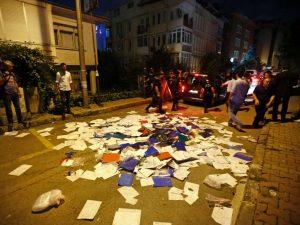 In-der-Tuerkei-dringt-eine-Gruppe-Demonstranten-in-das-thailaendische-Konsulat-in-Istanbul-ein-und-wirft-Dokumente-auf-die-Strasse