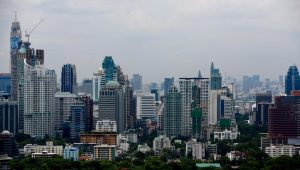 epa04801839 View of the city skyline in Bangkok, Thailand, 16 June 2015. Foreign direct investment (FDI) in real estate fell sharply in the first quarter of 2015 dropping 40.6 percent compared to the same period in 2014, according to figures by the Bank of Thailand, yet property developers remain optimistic and agree that political stability and clear laws will play a kew role in attracting foreign investment to the Thai real estate market. EPA/DIEGO AZUBEL +++(c) dpa - Bildfunk+++