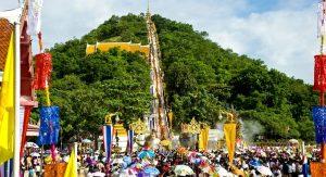 Tak Bat Thewo Fair at Sangkat Rattanakhiri Temple or Sakaekrang Temple, Uthai Thani *** Local Caption *** ประเพณีตักบาตรเทโว วัดสังกัสรัตนคีรีหรือวัดสะแกกรัง จังหวัดอุทัยธานี