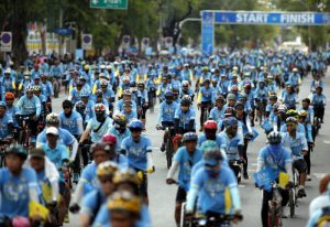 epa05007674 Packs of Thai cyclists cycling during the Bike for Mom, mass bicycle ride campaign held to celebrate the 83rd birthday of Queen Sirikit in Bangkok, Thailand, 16 August 2015. More than a quarter million Thais were taking part in a mass bicycle event as part of Thai Queen Sirikit's 83rd birthday celebrations. EPA/RUNGROJ YONGRIT
