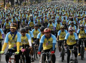 epa05064886 A pack of thousands of Thai cyclists ride their bicycles during the Bike for Dad, mass bicycle ride campaign held to celebrate the 88th birthday of Thai King Bhumibol Adulyadej in Bangkok, Thailand, 11 December 2015. Half a million Thais take part in bicycle events in honor of the King, whose birthday is celebrated as Father's Day in the kingdom. The ride in Bangkok was to be led by Crown Prince Vajiralongkorn, ruling junta leader Prayut Chan-o-cha and senior officials to foster loyalty to the monarchy, pay respect to the ailing King Bhumibol Adulyadej, 88, and promote a healthy lifestyle.  EPA/DIEGO AZUBEL