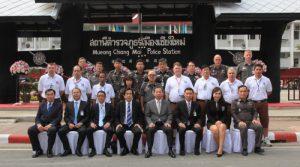 Mueang Chiang Mai Police mit dem FPLO-Team. Erste Reihe vorne rechts: Station Super Intendent Veerayut Prasopchokchai, daneben Teamleiterin Khun Pornthip Chartdee. Oben rechts: TL Steven Saunders. Zweite Reihe vierter von rechts: TL Brain K. Cutshall. In den weißen T-Shirts die Mitglieder des Bike-Teams.
