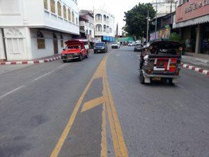 """Die Umkehrung des Verkehrsflusses von links nach rechts kann zu Unfällen führen, weil die Menschen in Thailand nicht daran gewöhnt sind. Dies ist in der Chiang Moi Tud Mai Straße, in der Nähe von Warorot Market, wo Unfälle passieren können, besonders in der Nacht, wenn Fahrer nicht auf Schilder achten und """"normalen"""" Verkehrsströmen folgen."""
