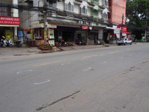 Die Polizei markiert die Positionen von Fahrzeugen nach einem Verkehrsunfall. In diesem Fall waren 6 Autos an einer Kettenkollision beteiligt. Dies deutet darauf hin, dass die Autos auf einer innerstädtischen Straße zu schnell zu nahe kamen. Was auch immer Ihre Ambitionen sind, Sie wollen Ihre Spuren nicht so in Thailand hinterlassen.